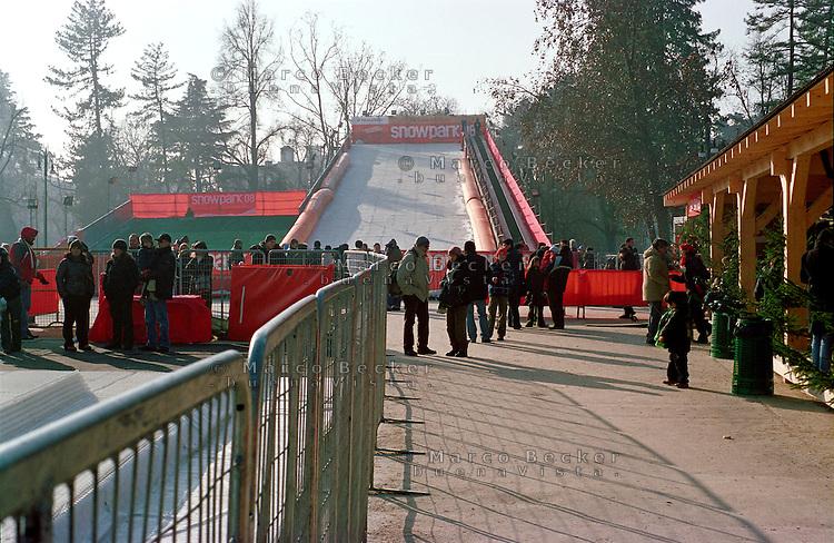 """Milano, """"Snowpark"""" al Parco Sempione. Struttura con piste artificiali per sport invernali --- Milan, """"Snowpark"""" at Sempione park. Structure with artificial tracks for winter sports"""