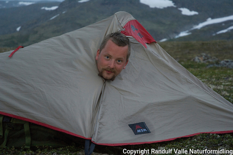 Mann i enmannstelt ---- Man in small tent