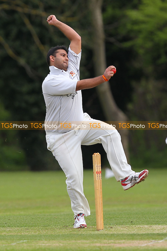Hornchurch CC vs Oakfield Parkonians CC - Essex Cricket League Cup at Harrow Lodge - 25/04/15 - MANDATORY CREDIT: Gavin Ellis/TGSPHOTO - Self billing applies where appropriate - 0845 094 6026 - contact@tgsphoto.co.uk - NO UNPAID USE