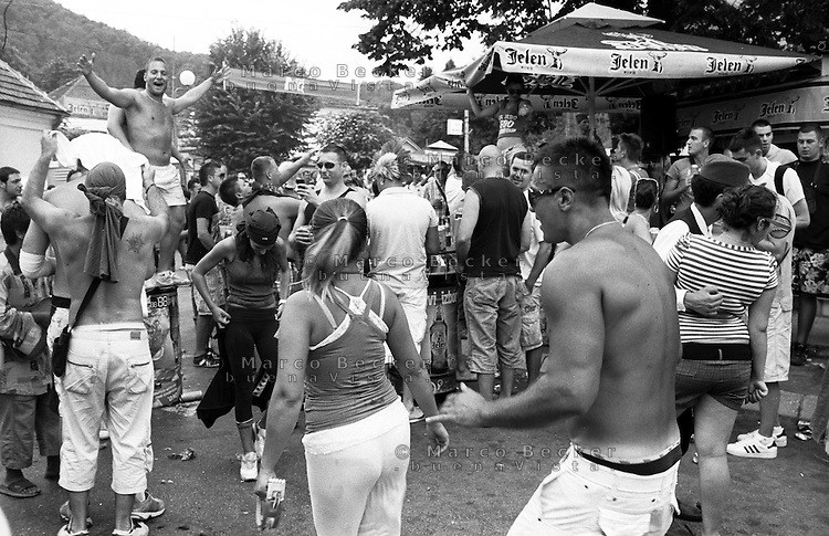 Festival di trombe e ottoni di Guca (Cacak). Turisti --- Trumpet festival of Guca (Cacak). Tourists having fun in the streets