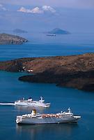 Griechenland, Insel Santorin (Santorini), Kreuzfahrt-Schiffe vor der Vulkaninsel Nea Kameni