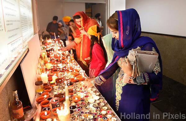 Nederland  Amsterdam 2016. Divali viering in de Shri Guru Nanak Gurdwara Sahib, een tempel van de Sikhs. Het Sikhisme is een onafhankelijk geloof dat geïnspireerd is op het hindoeïsme maar een eigen religieuze identiteit heeft. Bezoekers steken kaarsjes aan.  Foto Berlinda van Dam / Hollandse Hoogte