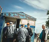 Absperrung vor Brückenbaustelle, Arbeiter beginnen gerade ihre Schicht, Kertsch, Krim<br /><br />Im Mai 2018 - vier Jahre nach der Annexion der Krim - wurde die Brücke, die das russische Festland mit der ukrainischen Halbmeerinsel verbindet, eröffnet. / In May 2018 - four years after the annexation of the Crimea - the bridge connecting the Russian mainland with the Ukrainian peninsula was opened.