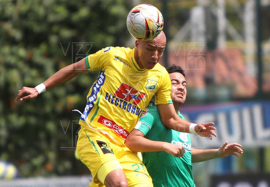 BOGOTA - COLOMBIA - 18-04-2015: Juan Villota  de La Equidad disputa el balon contra Juan Ortiz  de Atletico Huila  , durante partido  por la fecha 16 entre La Equidad y Atletico Huila  de la Liga Aguila I-2015, en el estadio Metropolitano de Techo  de la ciudad de Bogota. / Juan Villota   player of  La Equidad fights the ball against Juan Ortiz  to Atletico Huila , during an  match of the 16 date between La Equidad and Atletico Huila   for the Liga Aguila I -2015 at the Metropolitano de Techo  Stadium in Bogota city, Photo: VizzorImage / Felipe Caicedo / Staff.