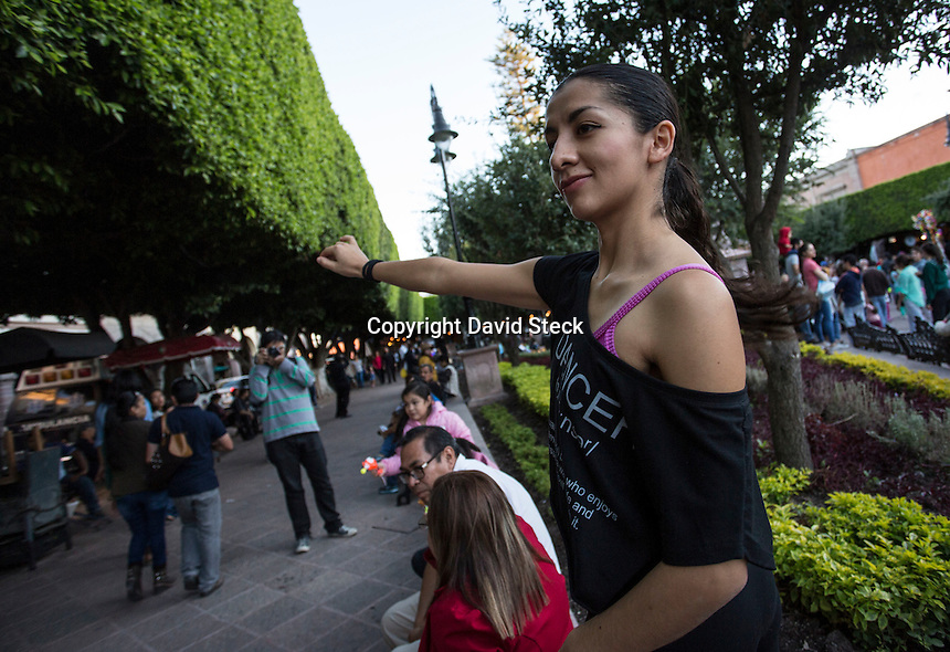 Quer&eacute;taro, Qro. 29 de octubre de 2016.-El grupo de danza &quot;Astrolabio Investigaci&oacute;n Esc&eacute;nica&quot; llev&oacute; a cabo el &quot;Sexto  Rally de Danza Espont&aacute;nea&quot; en el marco del Festival Internacional de Artes Esc&eacute;nicas Quer&eacute;taro 2016.<br /> <br /> La actividad fue abierta al p&uacute;blico y consisti&oacute; en bailar en las plazas p&uacute;blicas del Centro Hist&oacute;rico de Quer&eacute;taro. En cada plaza se dieron instrucciones para construir una coreograf&iacute;a colectiva durante 15 minutos, antes de pasar a la siguiente plaza. <br /> <br /> El recorrido dur&oacute; aproximadamente 60 minutos desde Plaza Fundadores para seguir a Plaza de Armas, Jard&iacute;n Zenea y concluir en el Jard&iacute;n Guerrero.<br /> <br /> Este festival tiene como meta durante dos semanas, acercar las artes esc&eacute;nicas, como el teatro, la danza, el circo, a la mayor parte del p&uacute;bioco queretano; adem&aacute;s de promover a los artistas y foros de la entidad. Todas las entradas ser&aacute;n gratuitas en este festival.<br /> <br /> Foto: David Steck
