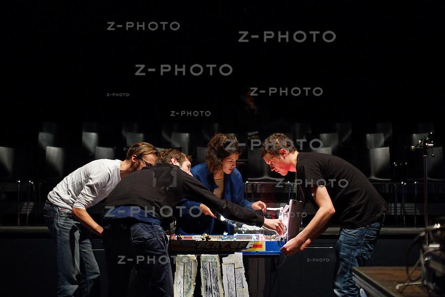 Generalprobe zu &quot;ultra&quot; am 13. Oktober 2013 im Kleintheater Luzern mit Martin Bieri, Orpheo Carcano, Thomas K&ouml;ppel, Luca Langensand, Nina Langensand, Susanne Vonarburg<br /> <br /> Copyright 2013  &copy; Zvonimir Pisonic