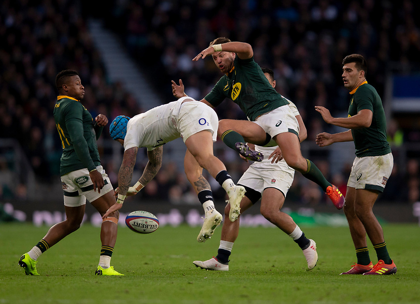 England's Jack Nowell and South Africa's Handré Pollard compete for a high ball<br /> <br /> Photographer Bob Bradford/CameraSport<br /> <br /> Quilter Internationals - England v South Africa - Saturday 3rd November 2018 - Twickenham Stadium - London<br /> <br /> World Copyright © 2018 CameraSport. All rights reserved. 43 Linden Ave. Countesthorpe. Leicester. England. LE8 5PG - Tel: +44 (0) 116 277 4147 - admin@camerasport.com - www.camerasport.com