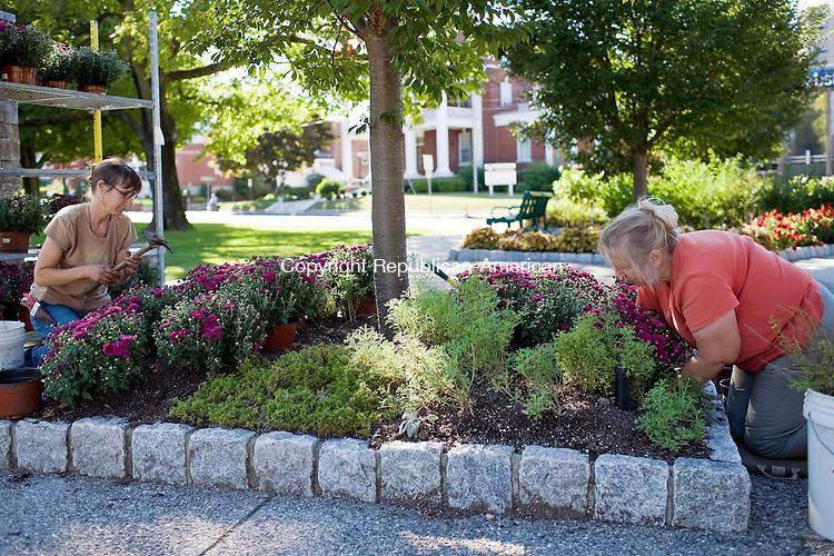 TORRINGTON--10 September 2008--091008TJ02 - Sarah Loring LaPenta, from left, and Gwenythe Harvey, both of Litchfield, plant chrysanthemum in a plot at Coe Memorial Park in Torrington on Wednesday, September 10, 2008. (T.J. Kirkpatrick/Republican-American)
