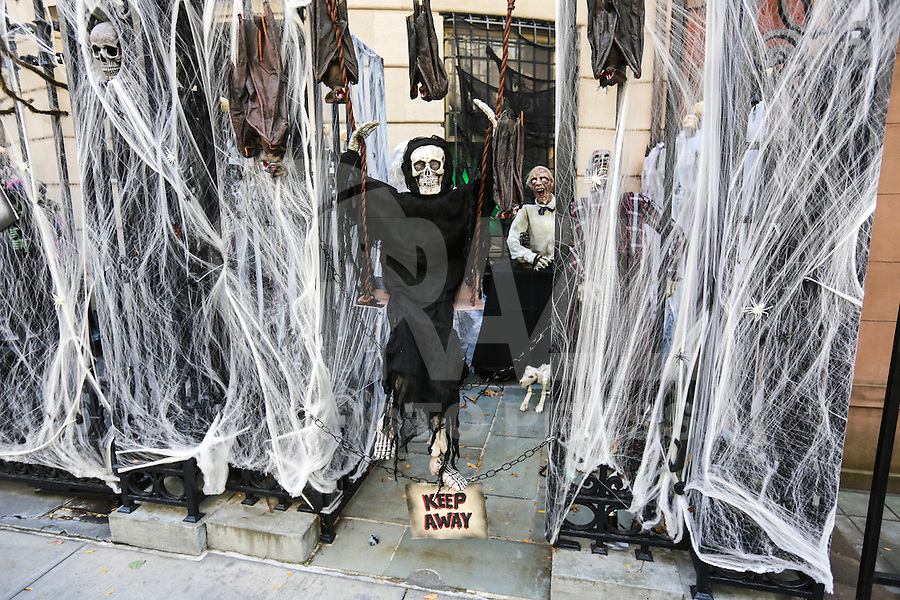 NEW YORK, NY, 30.10.2016 - HALLOWEEN-NEW YORK - Casas são decoradas para as festividades de Halloween (Dia das Bruxas) na Ilha de Manhattan em New York nos Estados Unidos  neste domingo, 30. (Foto: Vanessa Carvalho/Brazil Photo Press)