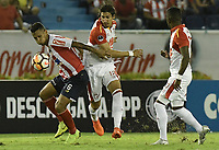 BARRANQUIILLA - COLOMBIA, 29-11-2018: James Sanchez (Izq.) de Junior disputa el balón con Facundo Guichon (Der.) del Santa Fe durante el encuentro entre Atlético Junior de Colombia e Independiente Santa Fe de Colombia por la semifinal, vuelta, de la Copa CONMEBOL Sudamericana 2018 jugado en el estadio Roberto Meléndez de la ciudad de Barranquilla. / James Sanchez (L) of Junior struggles for the ball with Facundo Guichon (R) of Santa Fe during a semifinal second leg match between Atletico Junior of Colombia and Independiente Santa Fe of Colombia as a part of Copa CONMEBOL Sudamericana 2018 played at Roberto Melendez stadium in Barranquilla city.  Photo: VizzorImage / Gabriel Aponte / Staff