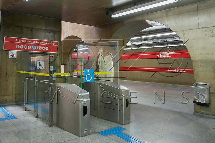 Elevador para deficientes e idosos na Estação Marechal Deodoro Linha 3 - Linha Vermelha do metrô, São Paulo - SP, 12/2016.