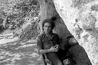 Jean-Pierre Berube , date inconnue.<br /> <br /> Jean-Pierre B&eacute;rub&eacute; est n&eacute; en 1945 &agrave; Qu&eacute;bec. Auteur-compositeur-interpr&egrave;te, il d&eacute;bute dans les ann&eacute;es 60 lorsqu'il remporte un concours &agrave; la t&eacute;l&eacute;vision de Radio-Canada. En 1969, il anime une s&eacute;rie d'&eacute;missions de vari&eacute;t&eacute;s avec Dorothy Berryman. Il compose surtout des chanson ayant pour th&egrave;me l'amour, la vie, le Qu&eacute;bec. Il fait plusieurs tourn&eacute;es ici et en France.<br /> <br /> <br /> PHOTO : Agence Quebec Presse
