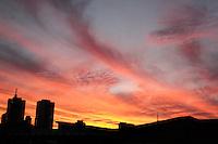 SÃO PAULO.SP 23.05.2015 CLIMA-SP -  Por do sol visto a partir do  bairro do Ipiranga região Sul de São Paulo neste sábado ,23 (Foto:Carlos Pessuto/Brazil Photo Press)