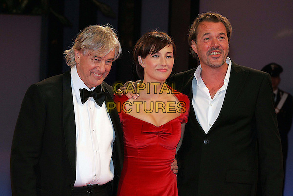 "PAUL VERHOEVEN, CARICE VAN HOUTEN & SEBASTIAN KOCH.Premiere of ""Zwartboek"" on the third day of the 63rd Venice Film Festival, Venice, Italy..September 1st, 2006.Ref: OME.half length black dress red suit jacket .www.capitalpictures.com.sales@capitalpictures.com.©Omega/Capital Pictures."