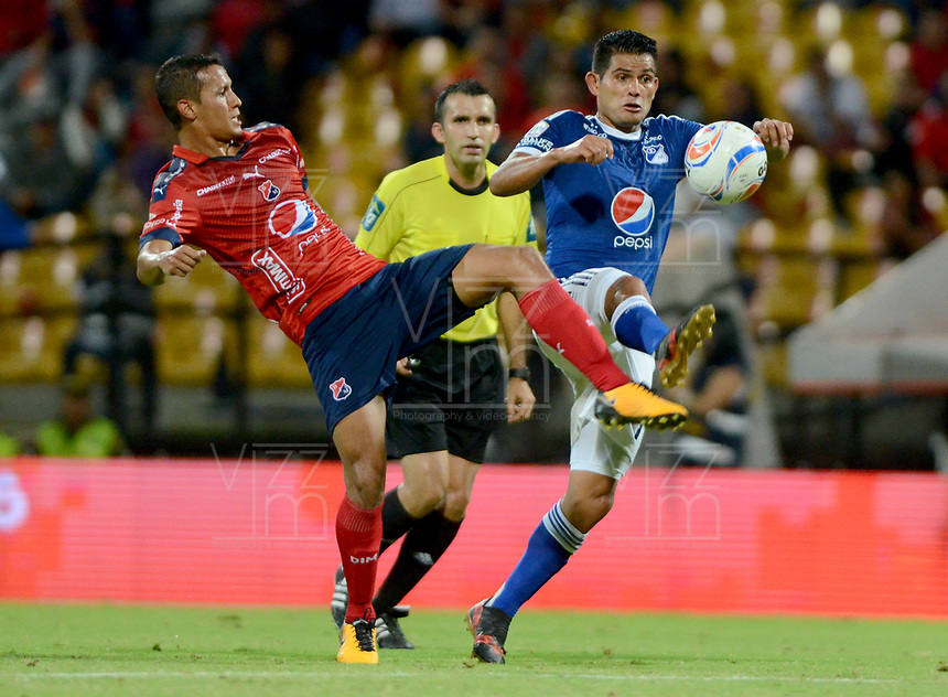 MEDELLÍN - COLOMBIA, 14-02-2018: Andres Ricaute (Izq) jugador del Medellín disputa el balón con David Macalister Silva (Der) de Millonarios durante el partido entre Independiente Medellín y Millonarios por la fecha 3 de la Liga Águila I 2018 jugado en el estadio Atanasio Girardot de la ciudad de Medellín. / Andres Ricaute (L) player of Medellin vies for the ball with David Macalister Silva (R) player of Millonarios during match between Independiente Medellin and Millonarios for the date 3 of the Aguila League I 2018 played at Atanasio Girardot stadium in Medellin city. Photo: VizzorImage/ León Monsalve / Cont
