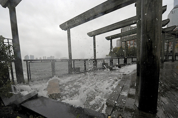 """AGX106. NUEVA YORK (ESTADOS UNIDOS), 29/10/2012.- Las olas alcanzan zonas de edificios en Nueva York, Estados Unidos, hoy, lunes 29 de octubre de 2012.  El Centro Nacional de Huracanes (CNH) de EEUU advirtió hoy de que el huracán """"Sandy"""", que se encuentra a unos 760 kilómetros de Nueva York, puede provocar una subida del nivel del agua en zonas bajas de esa ciudad de más de tres metros. EFE/Andrew Gombert."""