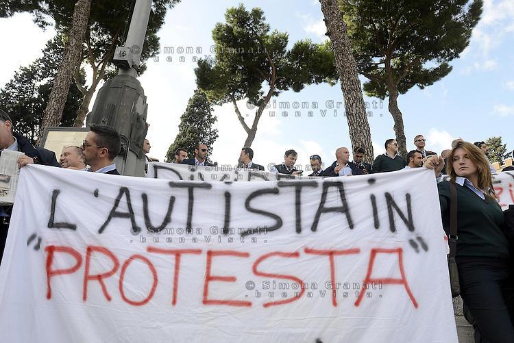 Roma, 6 Novembre 2013<br /> Piazza Venezia<br /> Manifestazione degli autisti e delle autiste dell'ATAC contro le politiche dell'azienda, gli straordinari imposti e per denunciare la carenza di organico.<br /> Centinaia di autisti e autiste autorganizzati ,  rifiutano gli straordinari e rimangono in piazza per protesta, contestando anche la politica dei sindacati .