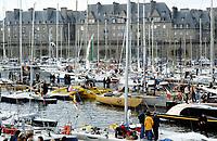 Première Route du Rhum, 1978. Les voiliers à quai au port de Saint-Malo. Au centre en jaune vif, Olympus Photo Service, skipper Mike Birch, vainqueur.