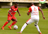 TUNJA - COLOMBIA, 22-07-2018: Carlos MOsquera (Izq) jugador de Patriotas Boyacá disputa el balón con Juan David Valencia (Der) jugador de Independiente Santa Fe durante partido por la fecha 1 de la Liga Águila II 2018 realizado en el estadio La Independencia en Tunja. / Carlos Mosquera (L) player of Patriotas Boyaca fights for the ball with Juan David Valencia (R) player of Independiente Santa Fe during match for the date 1 of Aguila League II 2018 at La Independencia stadium in Tunja. Photo: VizzorImage / Jose Palencia / Cont