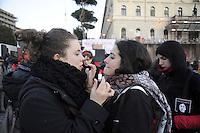 Roma,8 Marzo 2011.Piazza Bocca della Verità.Corteo notturno dei movimenti e dei collettivi di femministe e lesbiche contro la violenza maschile..Ragazze mettono rossetto rosso