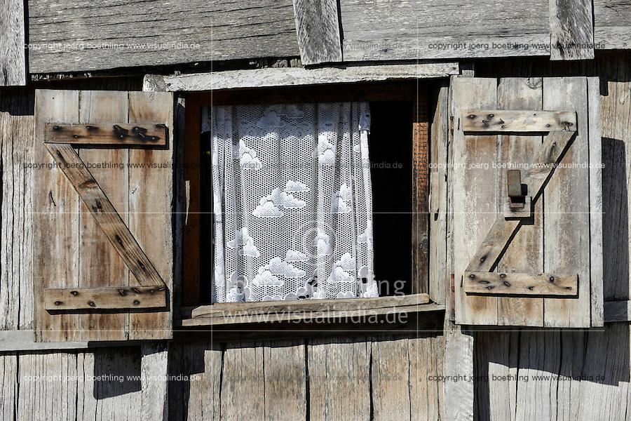 MADAGASCAR, Mananjary, ANTAMBAHOAKA tribe, village AMBOHITSARA, window of wooden hut / MADAGASKAR, Mananjary, Stamm der ANTAMBAHOAKA, Dorf AMBOHITSARA am canal des Pangalanes, Fenster einer Holzhuette
