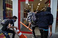 SAO PAULO, SP 07 DE SETEMBRO DE 2013 - PROTESTO 7 DE SETEMBRO - Manifestantes do Black Block atacam agencia bancaria durante protesto na  Avenida Paulista, na tarde deste sabado, 07, regiao central da capital. FOTO: ALEXANDRE MOREIRA / BRAZIL PHOTO PRESS