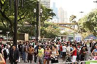 SÃO PAULO, 30 de JUNHO, 2012 - VIRADA ESPORTIVA - Movimentação do público na Virada Esportiva - Strongman-levantamento de peso, skate night, slide, rapel, tirolesa, tobogã, escalada entre outras atrações no Vale do Anhangabaú foi a programação da Virada Esportiva 2012 na manhã de sábado, 30 -  FOTO  LOLA OLIVEIRA - BRAZIL PHOTO PRESS