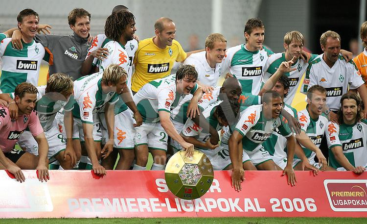 Fussball Premiere Ligapokal Finale  SV Werder Bremen 2-0 FC Bayern Muenchen JUBEL SV W; SV W Team mit Ligapokal