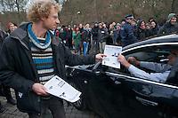 Etwa 150 Menschen demonstrierten am Mittwoch den 22. Februar 2012 in Potsdam gegen das geplante Asylgefaengnis auf dem Flughafen Berlin-Brandenburg-International (BBI). Sie forderten die rot-rote Landesregierung auf dieses Vorhaben zu stoppen.<br /> Im Bild: Demonstranten verteilen Flugblaetter an abfahrende Landtagsabgeordnete.<br /> 22.2.2012, Potsdam<br /> Copyright: Christian-Ditsch.de<br /> [Inhaltsveraendernde Manipulation des Fotos nur nach ausdruecklicher Genehmigung des Fotografen. Vereinbarungen ueber Abtretung von Persoenlichkeitsrechten/Model Release der abgebildeten Person/Personen liegen nicht vor. NO MODEL RELEASE! Nur fuer Redaktionelle Zwecke. Don't publish without copyright Christian-Ditsch.de, Veroeffentlichung nur mit Fotografennennung, sowie gegen Honorar, MwSt. und Beleg. Konto: I N G - D i B a, IBAN DE58500105175400192269, BIC INGDDEFFXXX, Kontakt: post@christian-ditsch.de<br /> Bei der Bearbeitung der Dateiinformationen darf die Urheberkennzeichnung in den EXIF- und  IPTC-Daten nicht entfernt werden, diese sind in digitalen Medien nach &sect;95c UrhG rechtlich geschuetzt. Der Urhebervermerk wird gemaess &sect;13 UrhG verlangt.]
