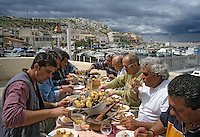 Europe/France/Provence-Alpes-Côte d'Azur/13/Bouches du Rhône/Marseille : Au bar des goudes - Service de la bouillabaisse de Gaby le Pécheur [Non destiné à un usage publicitaire - Not intended for an advertising use]