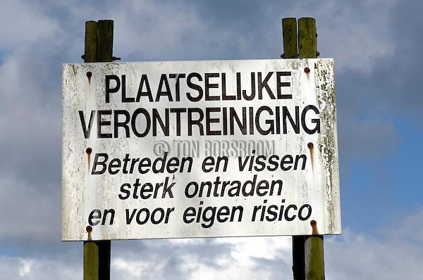EMPEL - Bij Empel, in de uiterwaarden van rivier De Maas, geeft een bord met de waarschuwing Verboden te Betreden, Plaatselijke Verontreiniging, de oude vuilstortplaats De Koornwaard aan, waarlangs in de toekomst de nieuw uit te gravenZuid-Willemsvaart komt te liggen. .De vuilstort die verscholen gaat onder groen weiland, bestaat uit huisvuil, bouw- en sloopafval en moet in de toekomst worden ingepakt en met een metershoge leeglaag afgedekt worden. COPYRIGHT TON BORSBOOM