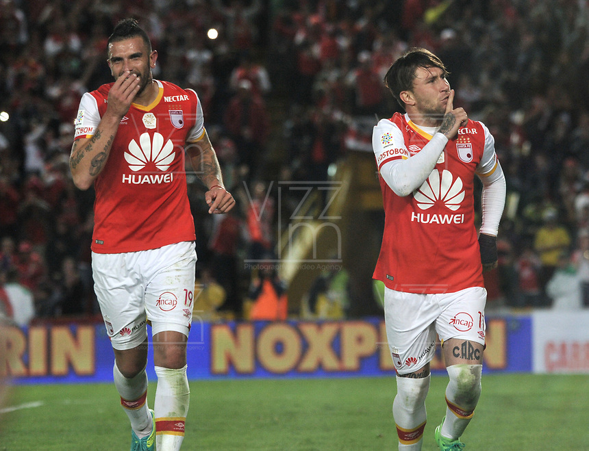 BOGOTA - COLOMBIA - 15 - 04 - 2017: Jonathan Gomez (Der.) jugador de Independiente Santa Fe, celebra el gol anotado a Atletico Bucaramanga, durante partido de la fecha 13 entre Independiente Santa Fe y Atletico Bucaramanga, por la Liga Aguila I-2017, en el estadio Nemesio Camacho El Campin de la ciudad de Bogota. / Jonathan Gomez (L), player of Independiente Santa Fe, celebrates a scored goal to Atletico Bucaramanga, during a match of the date 13 between Independiente Santa Fe and Atletico Bucaramanga, for the Liga Aguila I -2017 at the Nemesio Camacho El Campin Stadium in Bogota city, Photo: VizzorImage / Luis Ramirez / Staff.