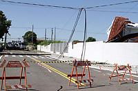 CAMPINAS, SP 09.01.2019-CLIMA/ACIDENTE-O teto de um galpão abandonado foi arrancado na  terça-feira (08), após as chuvas e ventos de 80,2 km/h que atingiram a cidade de Campinas, interior de São Paulo. O caso ocorreu no Jardim América e o telhado e um poste foram parar em cima de uma igreja, outro poste caiu na rua, nao houve feridos. Funcionários da CPFL e da Defesa Civil estiveram no local nesta quarta-feira (9).(Foto: Denny Cesare/Codigo19)