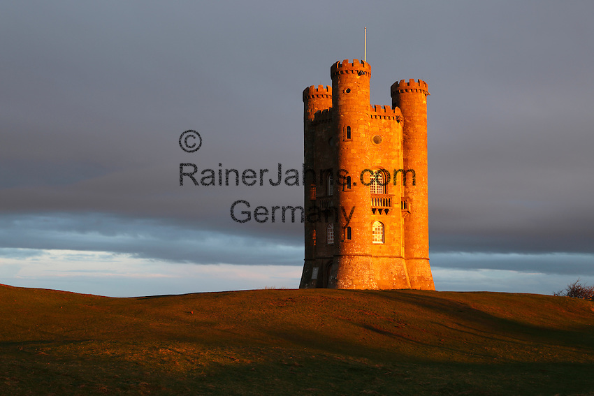 United Kingdom, England, Worcestershire, Broadway: Broadway Tower at sunrise   Grossbritannien, England, Worcestershire, Broadway: Broadway Tower bei Sonnenaufgang