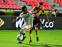 IBAGUE - COLOMBIA, 14-04-2019: Juan Guillermo Arboleda de Deportes Tolima disputa el balón con José Ortiz de Deportivo Pasto, durante partido entre Deportes Tolima y Deportivo Pasto, de la fecha 15 por la Liga Águila I 2019, jugado en el estadio Manuel Murillo Toro de la ciudad de Ibague. / Juan Guillermo Arboleda of  Deportes Tolima vies for the ball with Jose Ortiz of Deportivo Pasto, during a match between Deportes Tolima and Deportivo Pasto of the 15th date for the Aguila League I 2019, played at Manuel Murillo Toro stadium in Ibague city. Photo: VizzorImage / Juan Carlos Escobar / Cont.