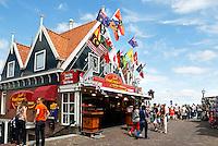 De Dijk in Volendam met souvenirwinkels en horeca