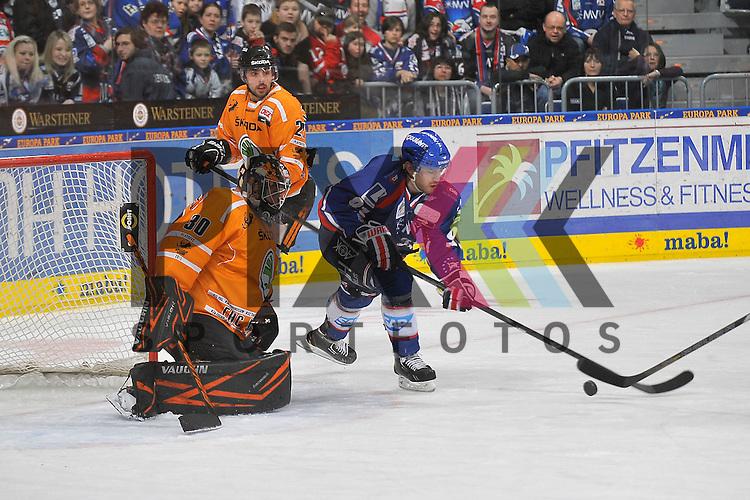 Mannheims Marc El-Sayed (Nr.91) gegen Wolfsburgs Matthew Dzieduszycki (Nr.22) und Wolfsburgs Daniar Dshunussow (Nr.30) beim Spiel in den Playoff der DEL, Adler Mannheim - Grizzly Adams Wolfsburg.<br /> <br /> Foto &copy; Ice-Hockey-Picture-24 *** Foto ist honorarpflichtig! *** Auf Anfrage in hoeherer Qualitaet/Aufloesung. Belegexemplar erbeten. Veroeffentlichung ausschliesslich fuer journalistisch-publizistische Zwecke. For editorial use only.