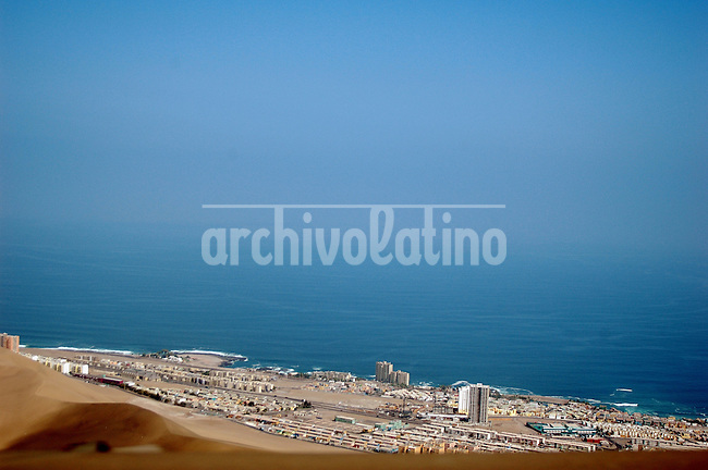 Ciudad de Iquique. Ubicada en el norte de Chile, la ciudad es puerto libre y ademas ofrece atractivos turisticos como las playas, sol todo el año y deportes variados. *Iquique city in Northern Chile. The city is a free trade area and also offers many touristic atractions such as sun the year round, beaches and sports *Ville d'Iquique. Située au nord du Chili, cette ville est un port libre et offre de nombreuses attractions touristiques comme ses plages, le soleil toute l'année et nombreuses activités sportives. +tourisme