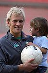 BL 05 / 06  11. Spieltag - Hinrunde<br /> <br /> Werder Bremen vs Eintracht Frankfurt<br /> Pekka Lagerbom mit Sohn Montry<br /> <br /> <br /> Foto © nordphoto