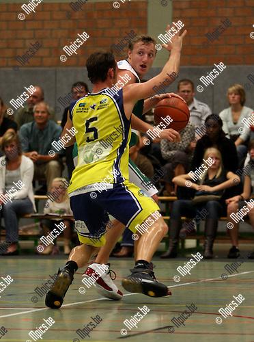 2007-09-08 / Basketbal / Gembo-Geel / Vingerhoets (Gembo) wordt op de huid gezeten door Vandeweyer van Geel