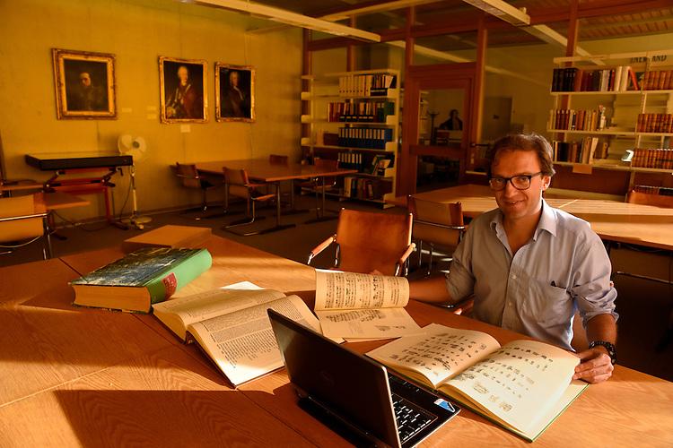 David Hamidovic dans la salle de consultation des manuscrits de la bibliotheque de l UNIL Lausanne . David Hamidovic est un historien français  specialise en histoire de l'Antiquite, notamment en histoire du judaïsme .