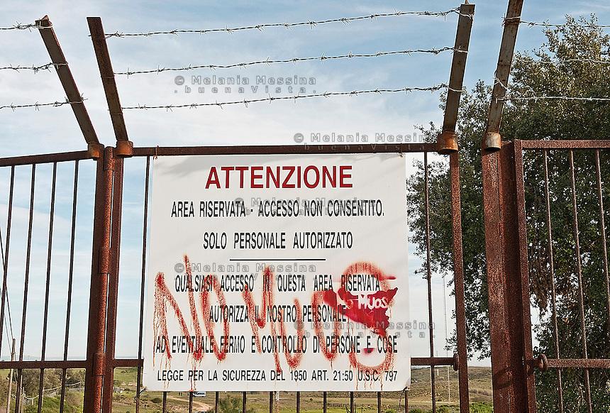 Niscemi: recinzione della base militare americana.<br /> Niscemi:  fence of the U.S. military base.