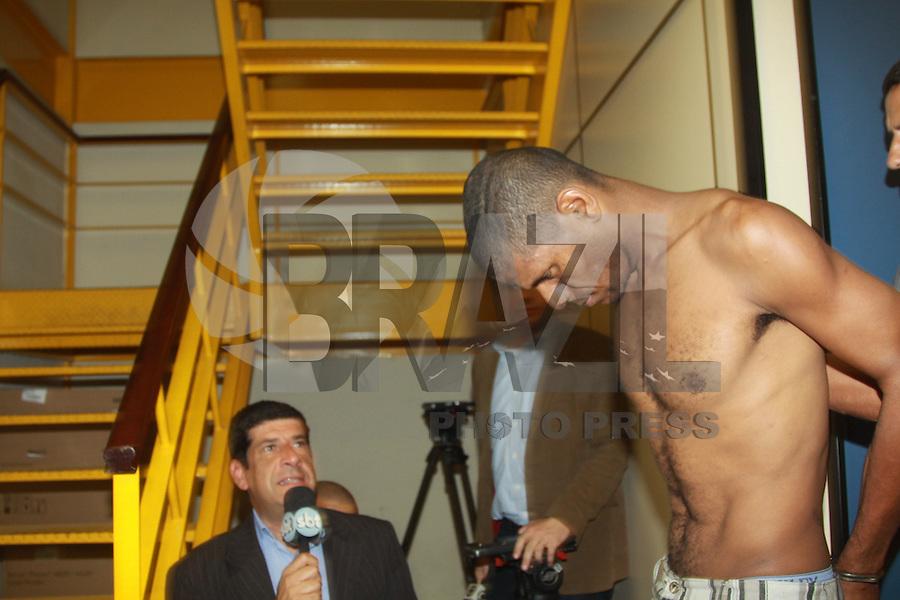 RIO DE JANEIRO,RJ, 10.05.2014 -  SEQUESTRO ÔNIBUS NA AVENIDA BRASIL - Homem identificado como Paulo Alberto, de 33 anos, que seria usiário de drogas e mantinha reféns dentro de um ônibus parado na Avenida Brasil, na altura do Shopping Guadalupe, no Subúrbio do Rio, se entregou às 19h30 deste sábado (10).<br /> Ele foi levado para a 39ª DP (Pavuna). Também a passageira feita refém foi para a delegacia para prestar depoimento. (Foto: Celso Barbosa / Brazil Photo Press).