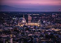 Le guglie del duomo di Milano viste al tramonto dall'alto