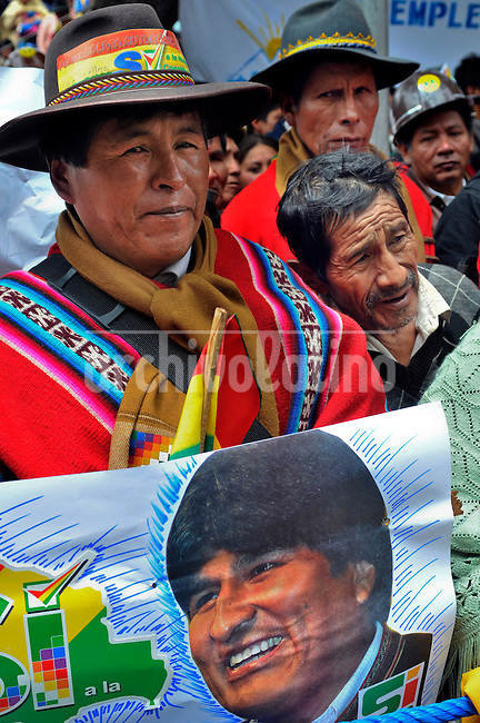 Indians from all over Bolivia gather in Murillo Square to support their President Evo Morales during his annual statement to the Congress. Morales will try to aprove in a referendum next Sunday 25th a new political Constitution for Bolivia.