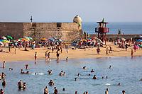 Spanien, Andalusien, Cadiz: belebter Strand Playa La Caleta an einem sonnigen Nachmittag | Spain, Andalusia, Cadiz: View over the busy Playa La Caleta on a sunny summer afternoon