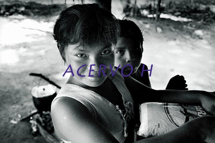 Indígenas da etnia Maku do alto rio Negro.<br /> São Gabriel da Cachoeira, Amazonas, Brasil.<br /> Foto Paulo Santos.<br /> 1997