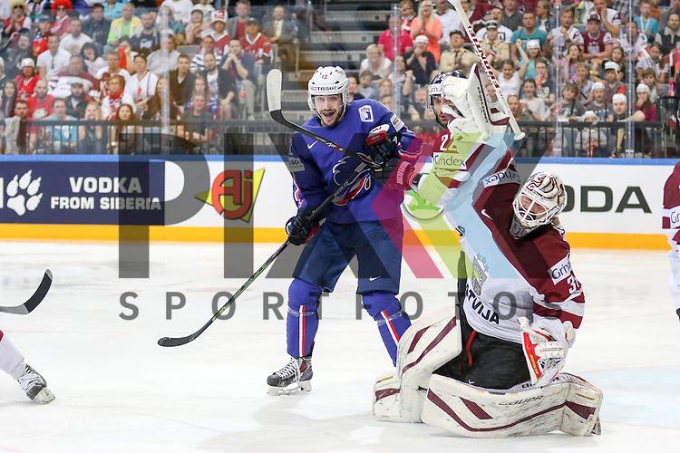 Lativa Jass, Maris (Nr.22) im Zweikampf mit Frankreichs Claireaux, Valentine (Nr.12) w&auml;hrend Lativa Masalskis, Edgars (Nr.31) durch eine Attacke seinen Stock verliert im Spiel IIHF WC15 France vs. Lativa.<br /> <br /> Foto &copy; P-I-X.org *** Foto ist honorarpflichtig! *** Auf Anfrage in hoeherer Qualitaet/Aufloesung. Belegexemplar erbeten. Veroeffentlichung ausschliesslich fuer journalistisch-publizistische Zwecke. For editorial use only.