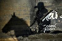 VILLAVICENCIO - COLOMBIA. 13-10-2018: La silueta de una vaquero mientras compite durante el 22 encuentro Mundial de Coleo en Villavicencio, Colombia realizado entre el 11 y el 15 de octubre de 2018. / A cowboy silhouette while compete during the 22 version of the World  Meeting of Coleo that takes place in Villavicencio, Colombia between 11 to 15 of October, 2018. Photo: VizzorImage / Gabriel Aponte / Staff