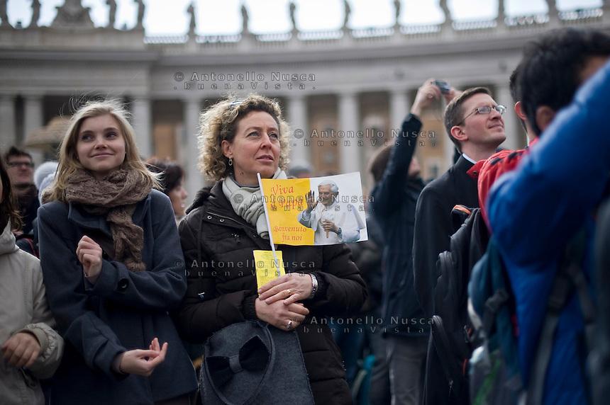 Città del Vaticano, 24 Febbraio, 2013. Una donna in Piazza San Pietro assiste all'ultimo Angelus di Papa Benedetto XVI